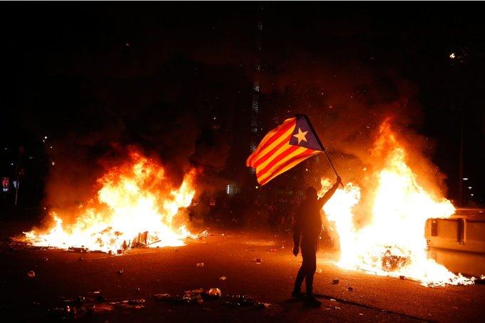 احد المتظاهرين يحمل علم كتالونيا