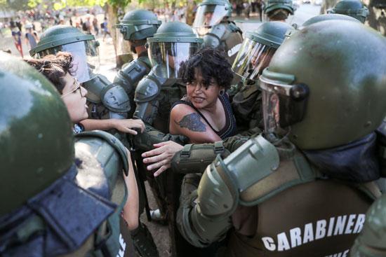 الشرطة تتعامل مع إحدى المتظاهرات