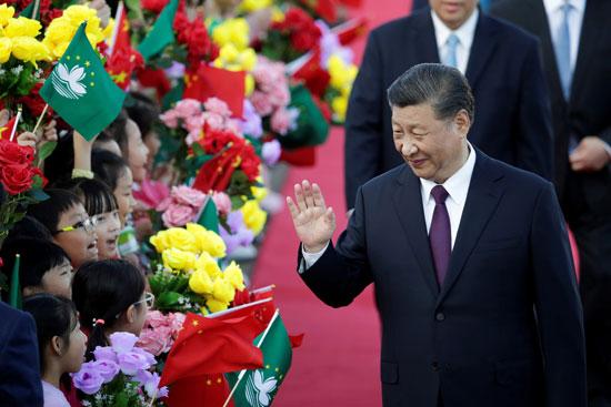 شى-جين-بينج-يحى-أطفال-ماكاو-المحتشدين-لاستقباله
