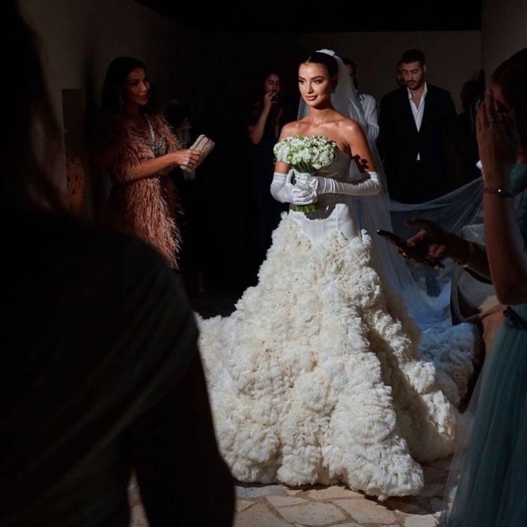 إحدى إطلالات العروس