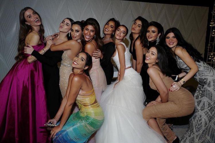 العروس مع صديقاتها