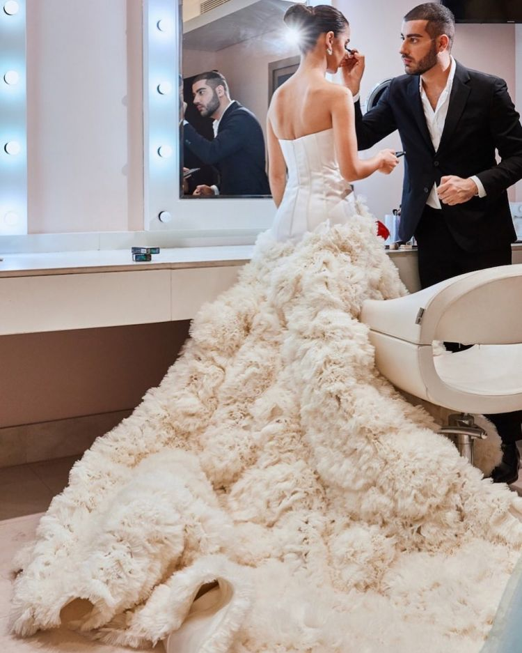 العروس تضع اللمسات الأخيرة قبل الزفاف