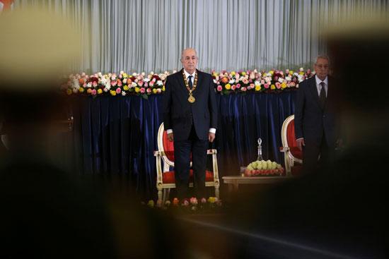 الرئيس-الجزائري-المنتخب-عبد-المجيد-تبون-يقف-أثناء-مراسم-أداء-اليمين