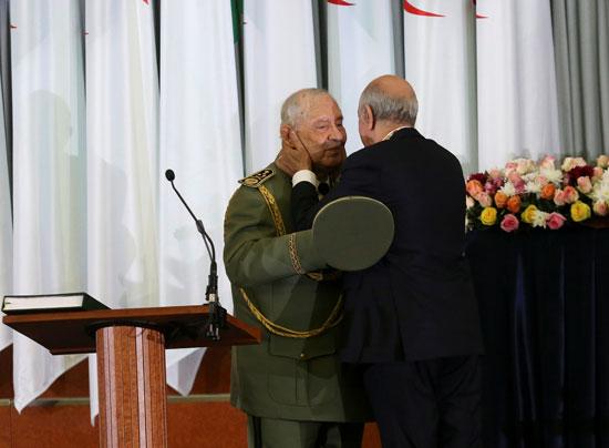 الرئيس-الجزائري-المنتخب-عبد-المجيد-تبون-يحتضن-رئيس-أركان-الجيش-الجزائري