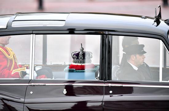 تاج-الملكة-إليزابيث-في-بريطانيا-يتجول-من-قصر-باكنجهام-إلى-مجلسي-البرلمان-قبل-الافتتاح-الرسمي