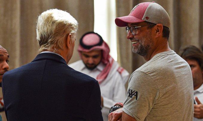 فينجر خلال زيارة معسكر ليفربول فى قطر
