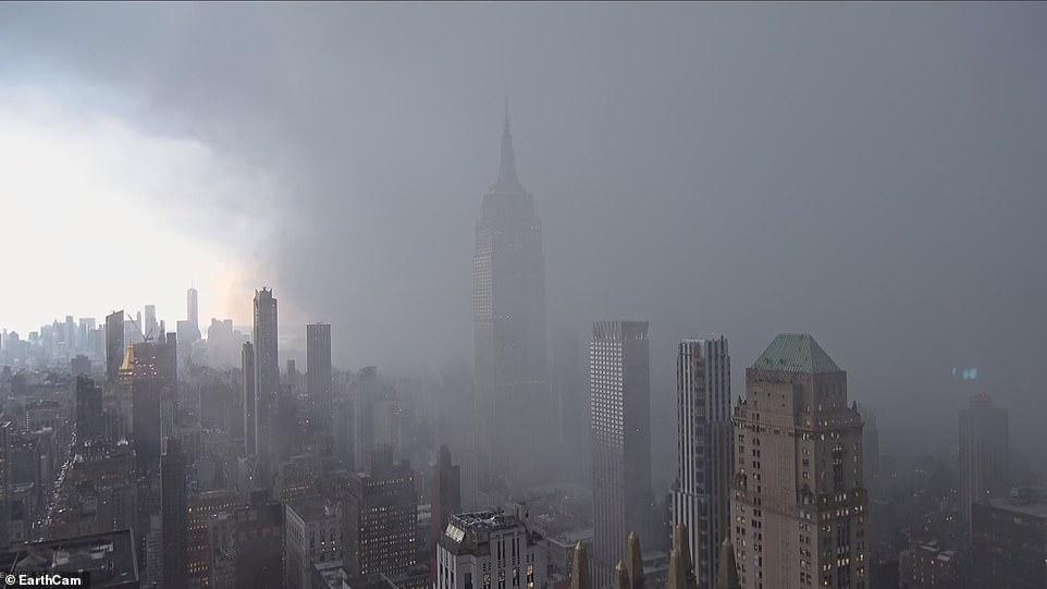 السحابة فى سماء نيويورك