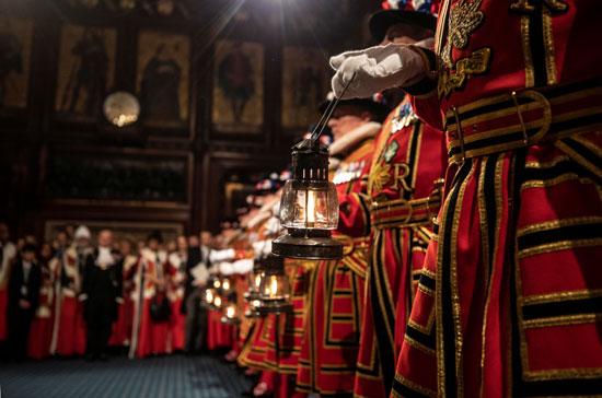 يقوم-أفراد-الحرس-Yeoman-بإجراء-البحث-الاحتفالي-التقليدي-أثناء-بدء-افتتاح-الدورة-للبرلمان