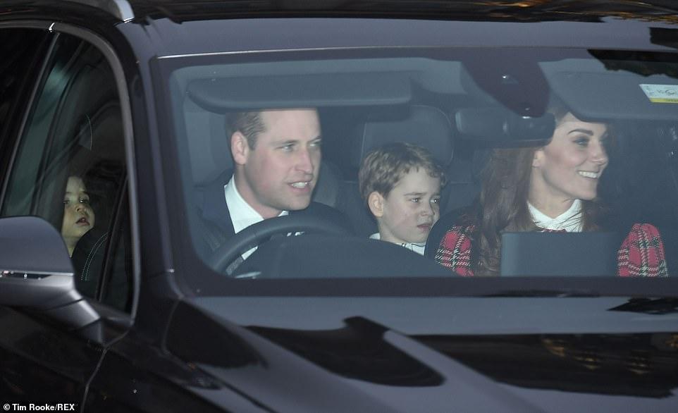 وليام يقوم سيارة عائلته بعد العودة من قصر باكنجهام