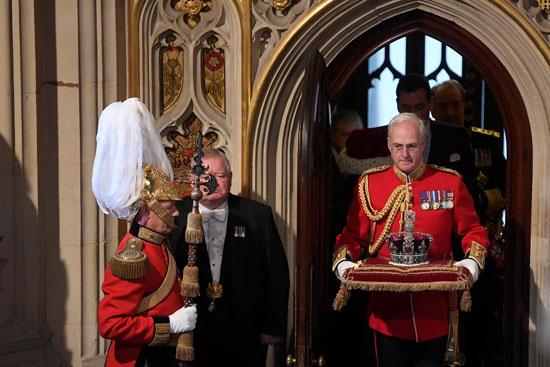 التاج-الملكى-يصل-لمقر-البرلمان-البريطانى