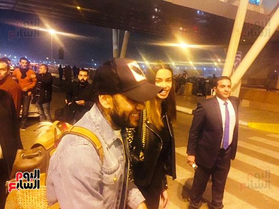 دانى ألفيس وزوجته فى المطار