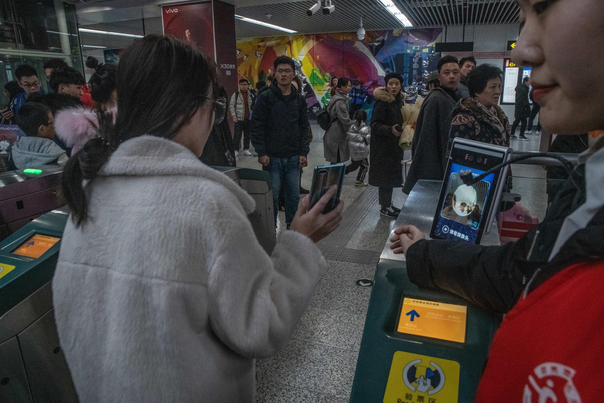 الصين تستخدم كاميرات الهواتف والماسح الضوئى للتعرف على أوجه الناس