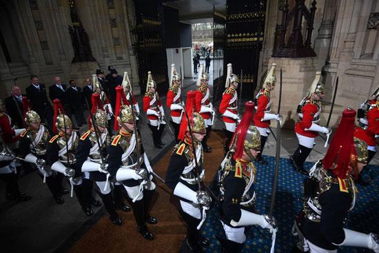 أفراد-من-سلاح-الفرسان-الأسري-يتقدمون-عبر-مدخل-السيادة-قبل-الافتتاح-الرسمي-للبرلمان
