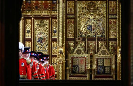 يشارك-حراس-Yeoman-في-حفل-البحث-الاحتفالي-التقليدي-الذي-يسبق-افتتاح-الدولة-للبرلمان