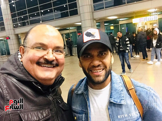 دانى ألفيس خلال وصوله للمطار