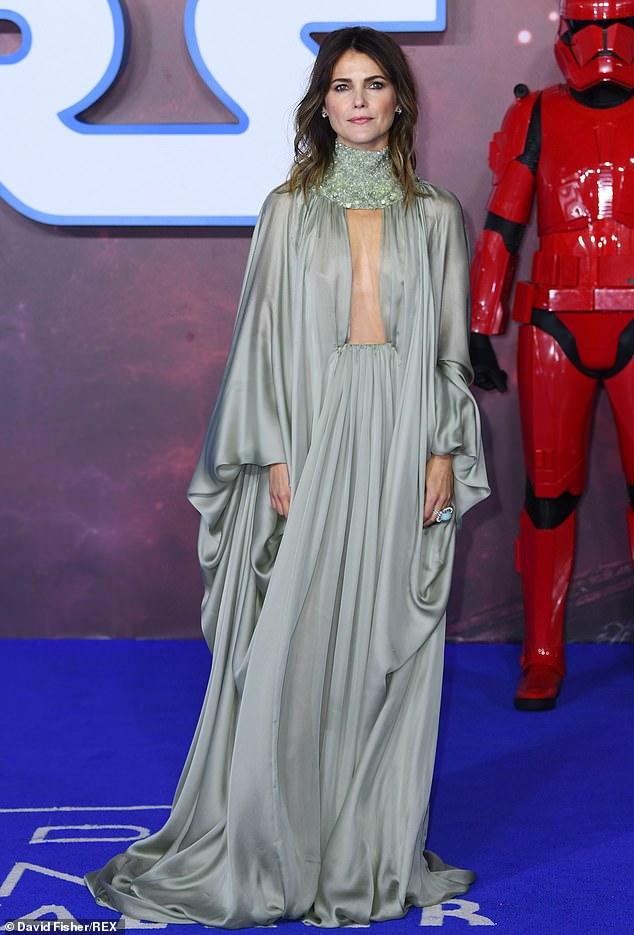كيري راسل  تخطف الأنظار بفستان مذهل من الحرير