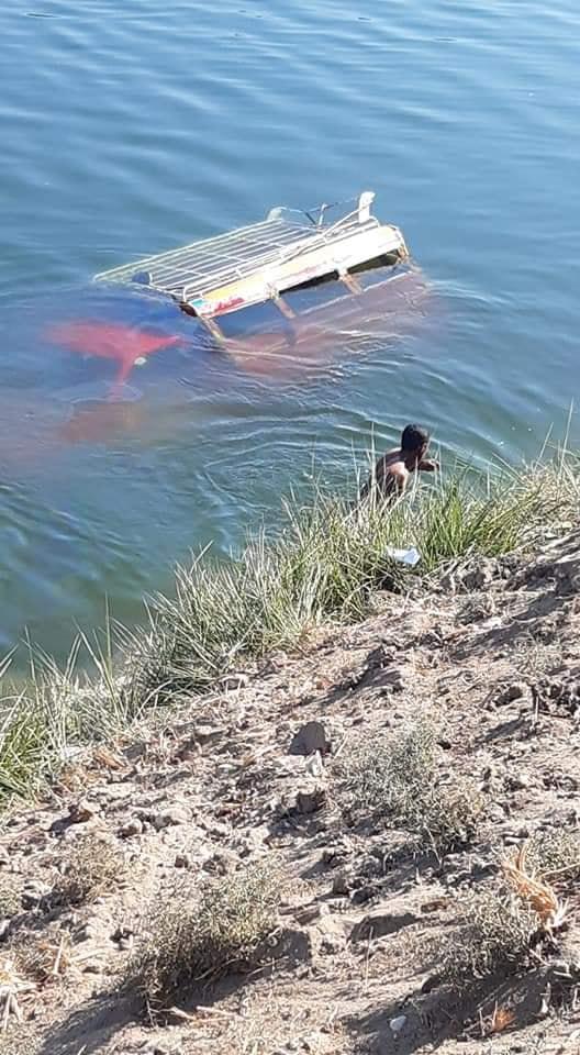 إصابة 7 مواطنين وإنقاذ 7 آخرين في سقوط سيارة نقل مواطنين في ترعة جنوب الأقصر (1)