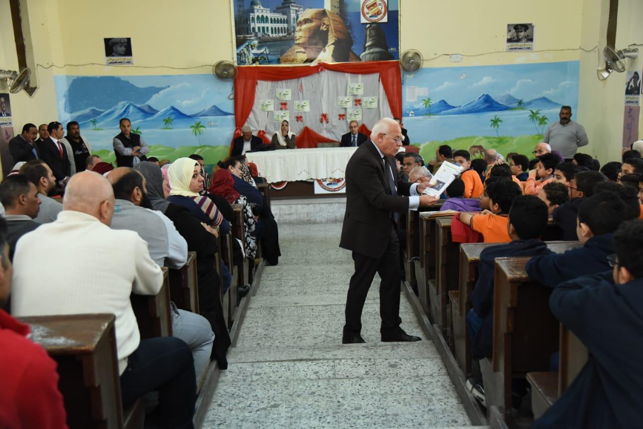 محافظ بورسعيد يطلق مبادرة أزرع شجرة بالمدارس (1)