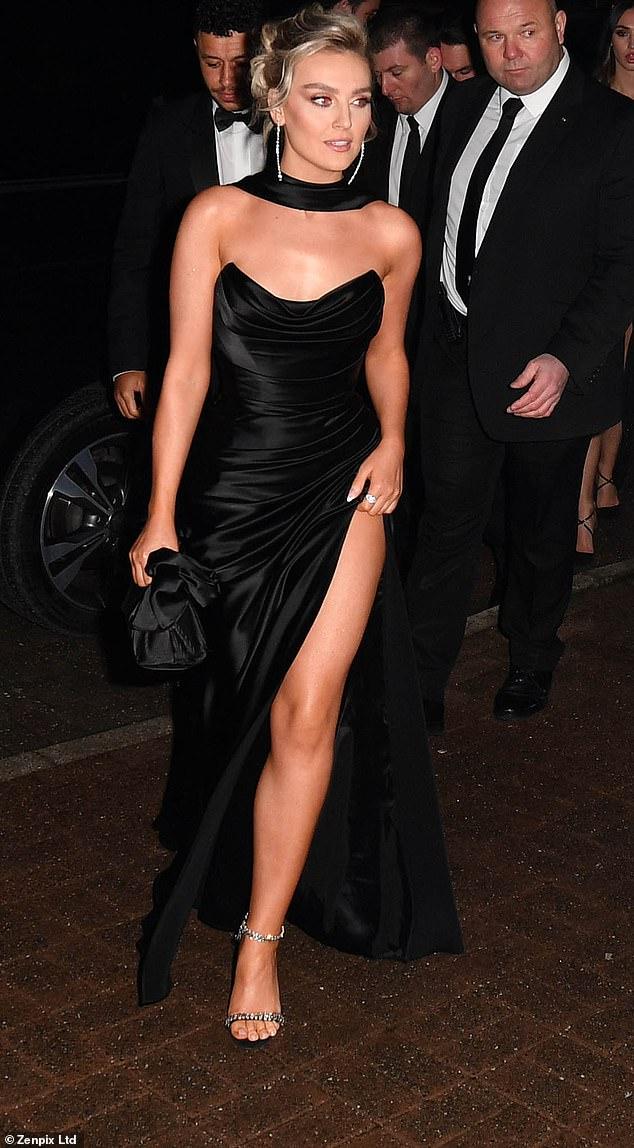 بيري إدواردز بفستان أسود مذهل