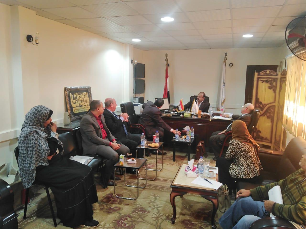 رئيس مدينة أرمنت يلتقي بوفد بنك التعمير والإسكان لإعداد تقارير لمشروع العمارات  (1)