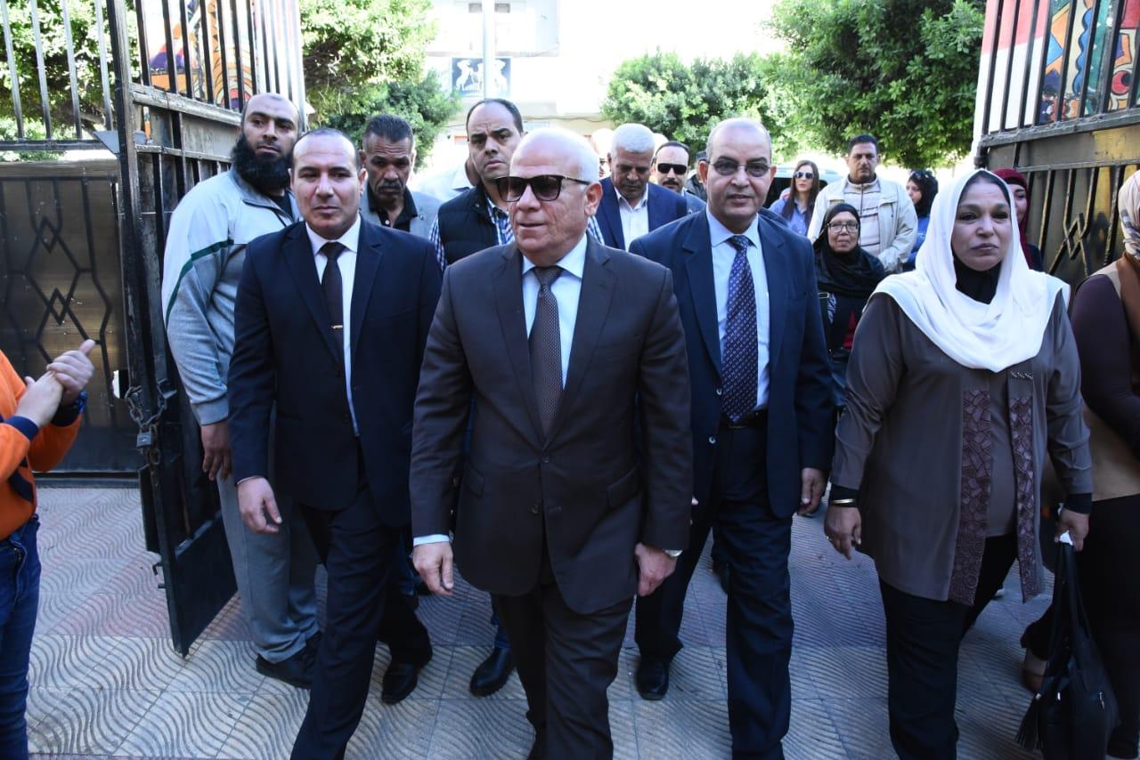محافظ بورسعيد يطلق مبادرة أزرع شجرة بالمدارس (2)