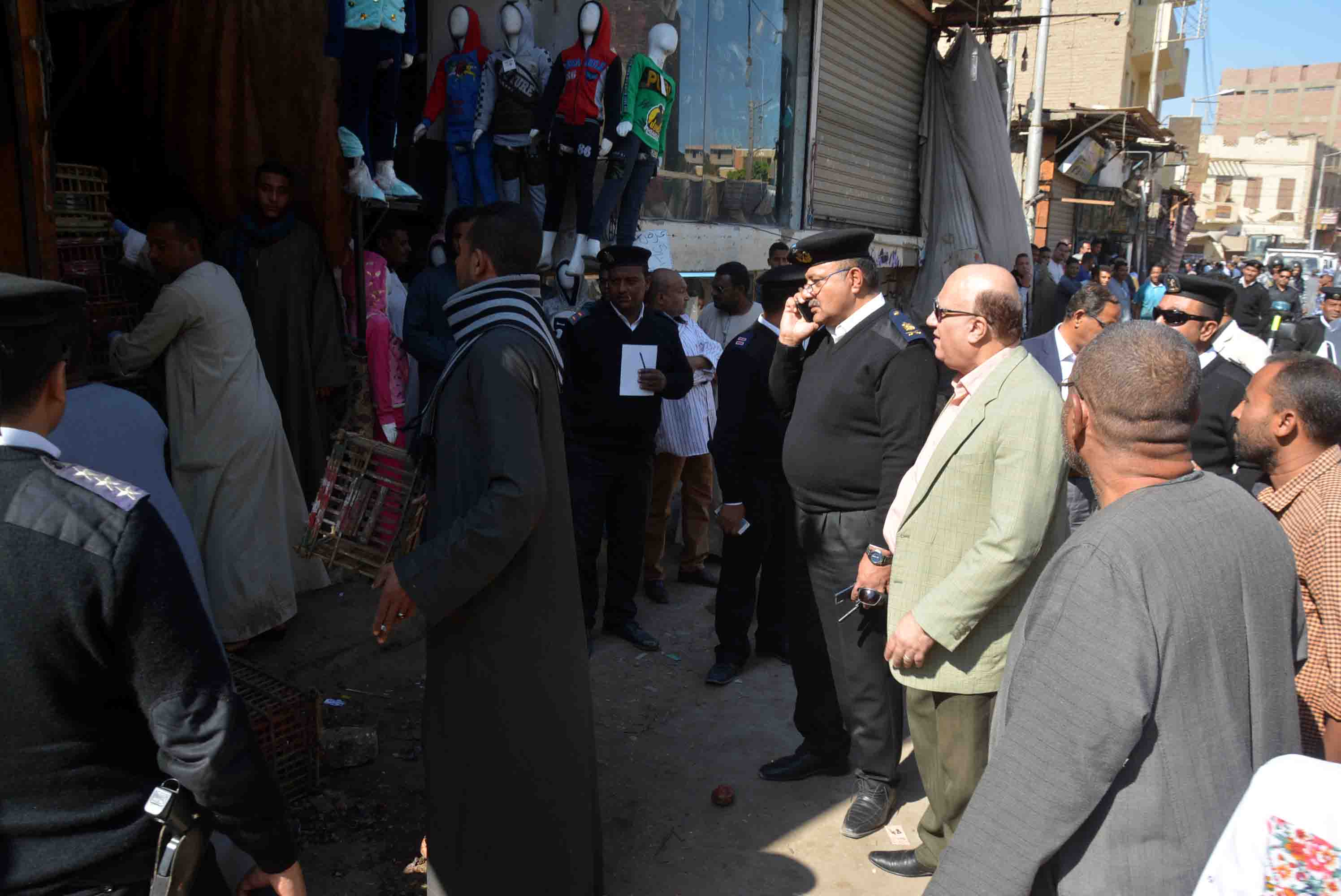 سكرتير مساعد الأقصر يقود حملة إشغالات في مدينة إسنا (3)