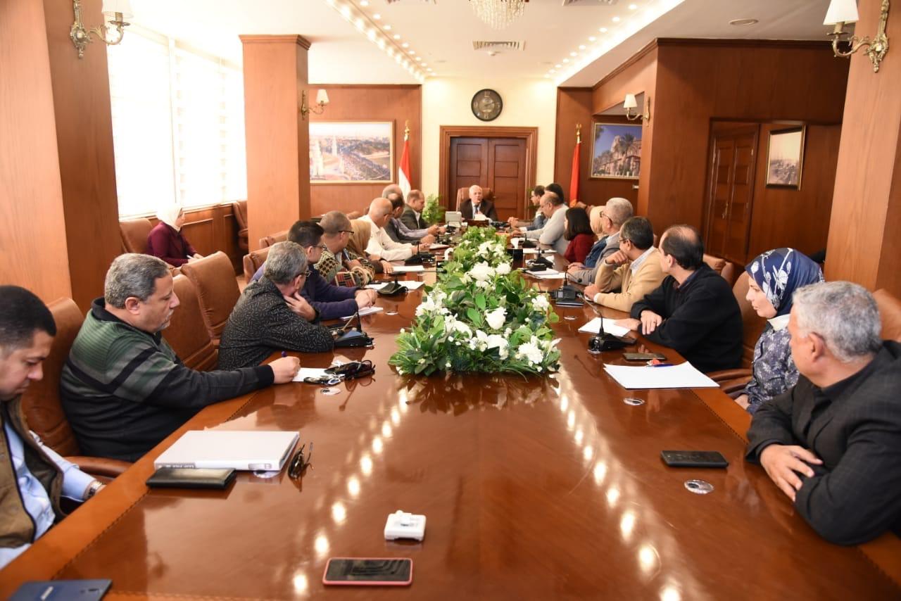 محافظ بورسعيد يجتمع مع رؤساء الأحياء لمتابعة الموقف التنفيذى لعدد من الملفات المطروحة (1)