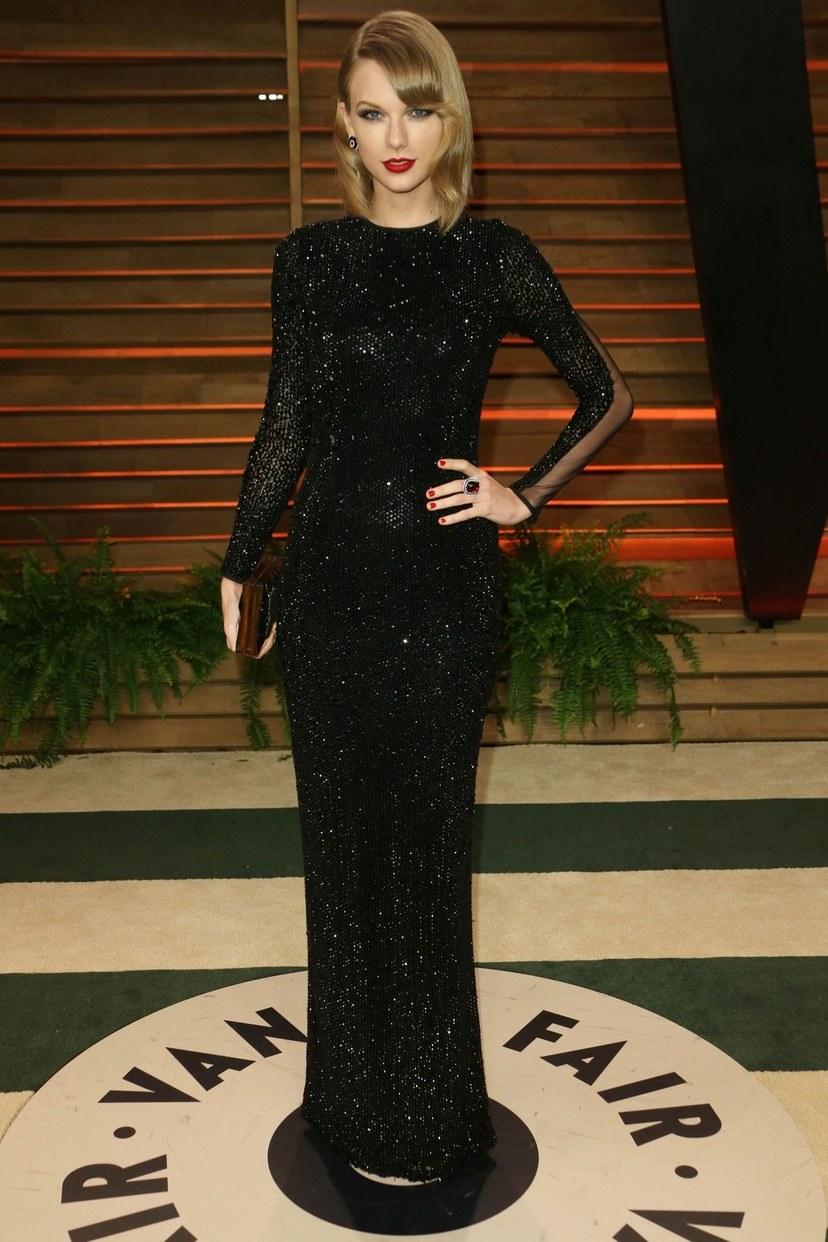 تايلور سويفت في حفل فانيتى فير لجوائز الأوسكار بفستان جوليان ماكدونالد الأسود