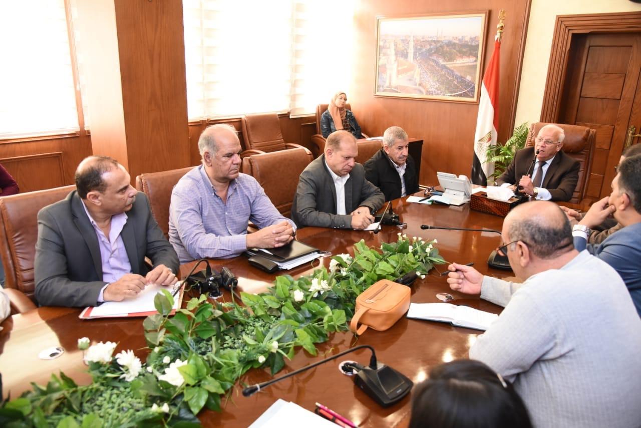 محافظ بورسعيد يجتمع مع رؤساء الأحياء لمتابعة الموقف التنفيذى لعدد من الملفات المطروحة (2)