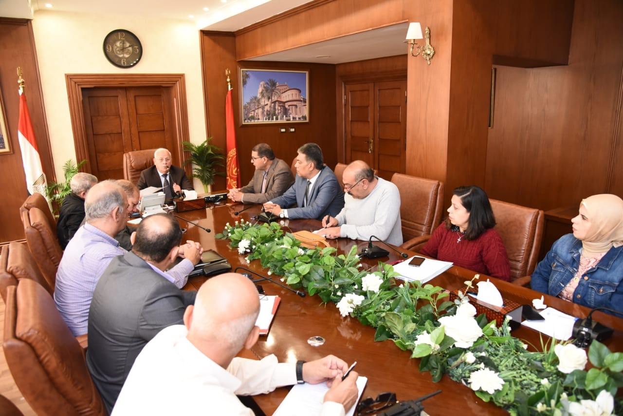 محافظ بورسعيد يجتمع مع رؤساء الأحياء لمتابعة الموقف التنفيذى لعدد من الملفات المطروحة (4)