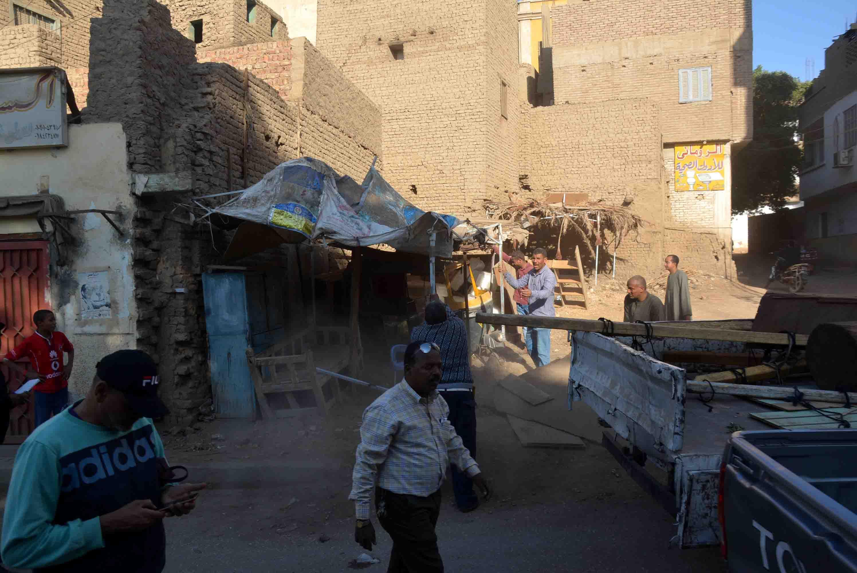 سكرتير مساعد الأقصر يقود حملة إشغالات في مدينة إسنا (2)