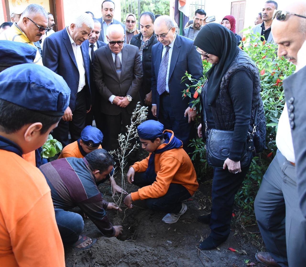 محافظ بورسعيد يطلق مبادرة أزرع شجرة بالمدارس (3)