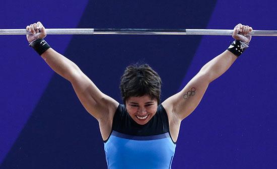 لاعبة الفلبين خلال منافسات رفع الأثقال