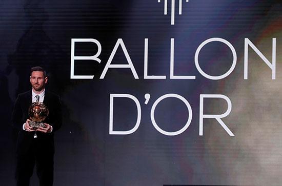 ليونيل ميسي مع جائزة الكرة الذهبية