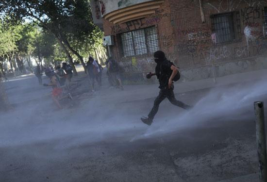 فرار المحتجين من عنف الشرطة