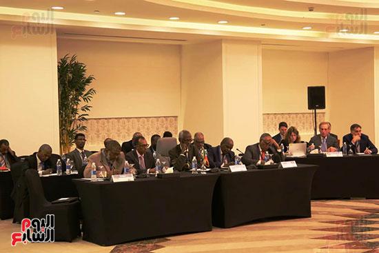 الوفد السودانى ويظهر فى الخلف ممثلى الولايات المتحدة والبنك الدولى