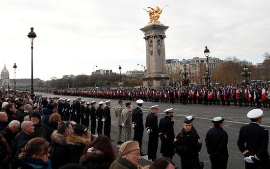صفوف-من-القوات-الفرنسية-والمواطنين-تنتظر-قدوم-الموكب