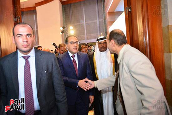 المهندس مصطفى مدبولى  يصافح مسئولى الوزراة
