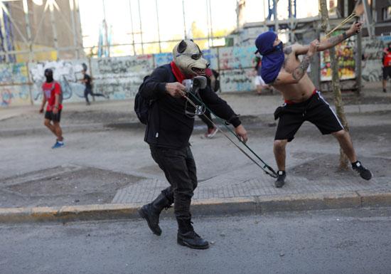 اطلاق الحجارة على الشرطة