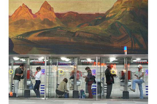 مقصورات الهاتف العمومى فى محطة بازل