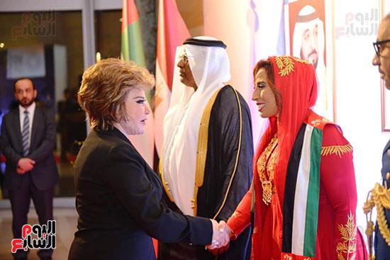 الفنانة صفية العمرى تصافح حرم السفير الاماراتى