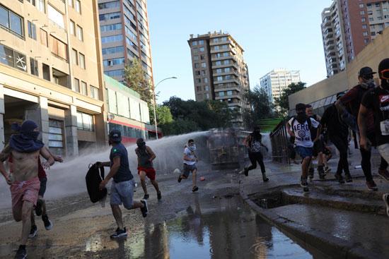 الشرطة تطارد المتظاهرين بخراطيم المياه