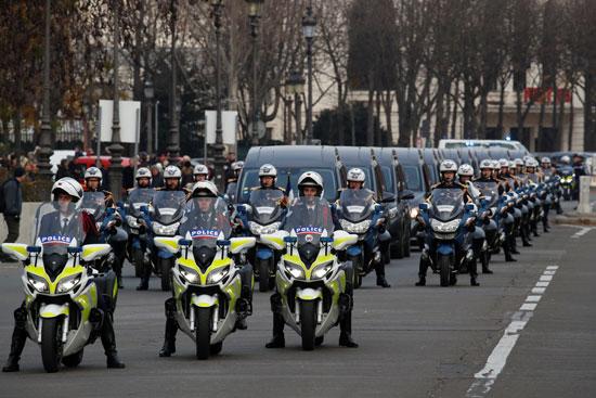 قوات-الأمن-الفرنسية-تتقدم-موكب-النعوش