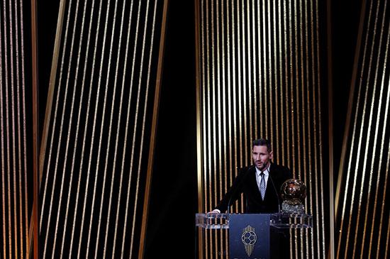 ليونيل ميسي لاعب برشلونة مع جائزة الكرة الذهبية