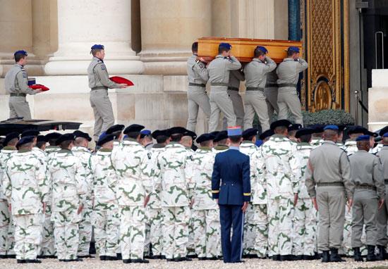 الجنود-يحملون-النعوش-بعد-نهاية-الموكب