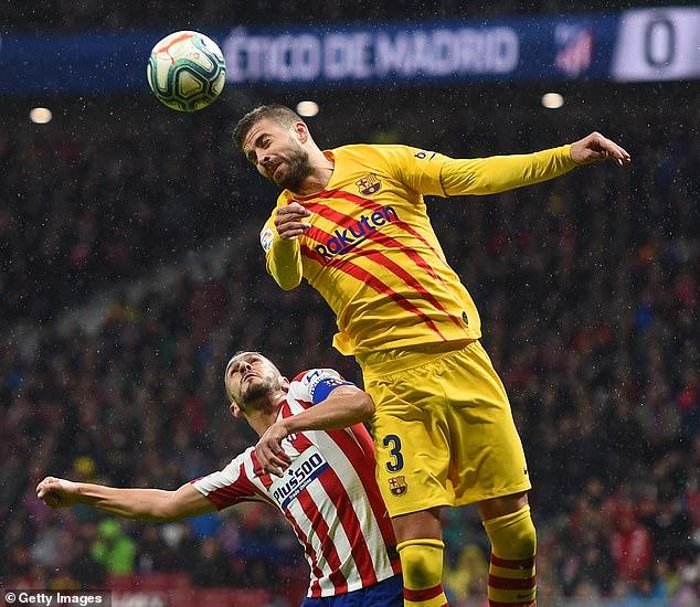 بيكيه في مباراة برشلونة واتلتيكو مدريد
