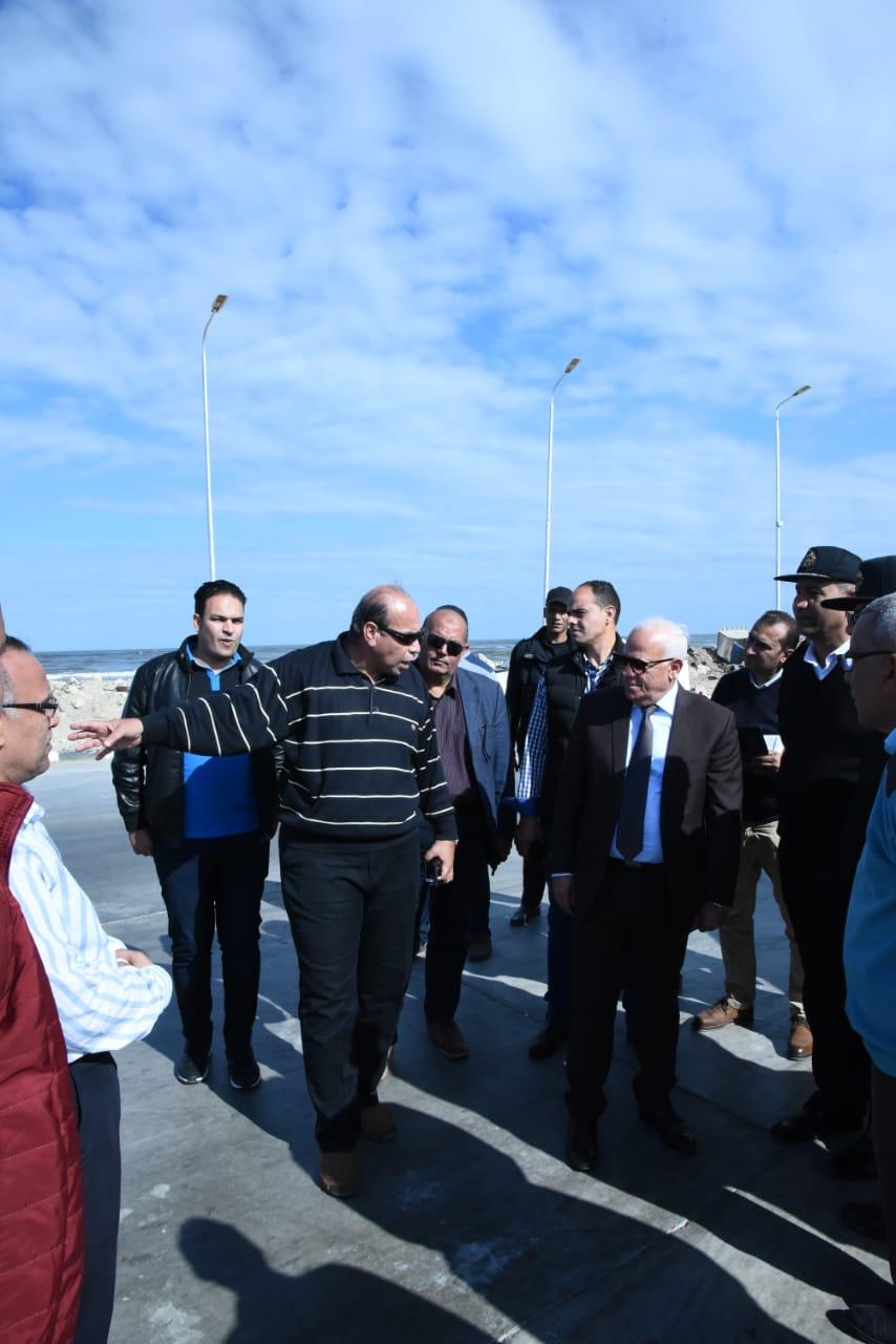 محافظ بورسعيد يتابع سير العملبمنفذ الجميل ببورسعيد (3)