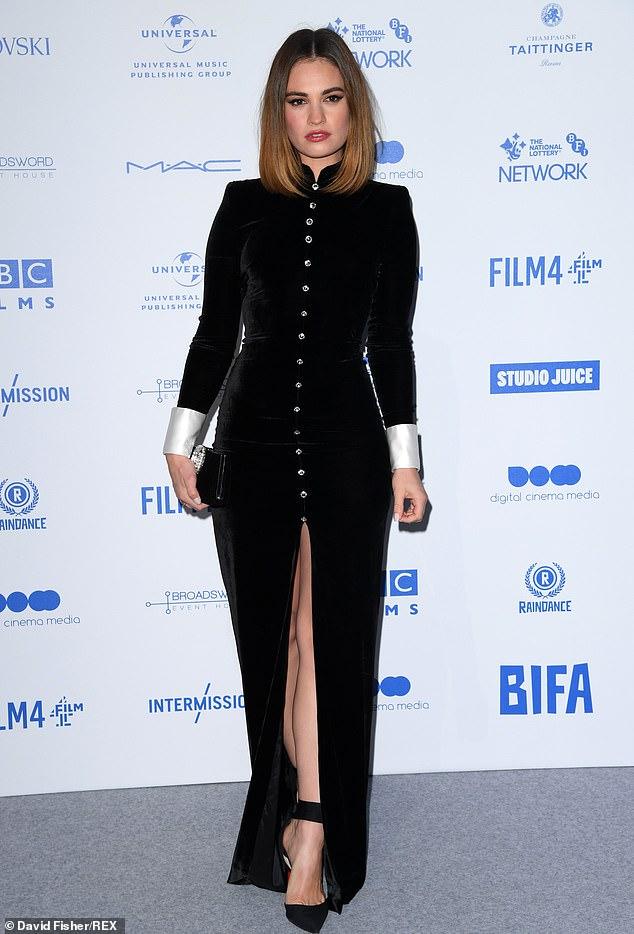 ليلي جيمس في فستان أسود مخملى