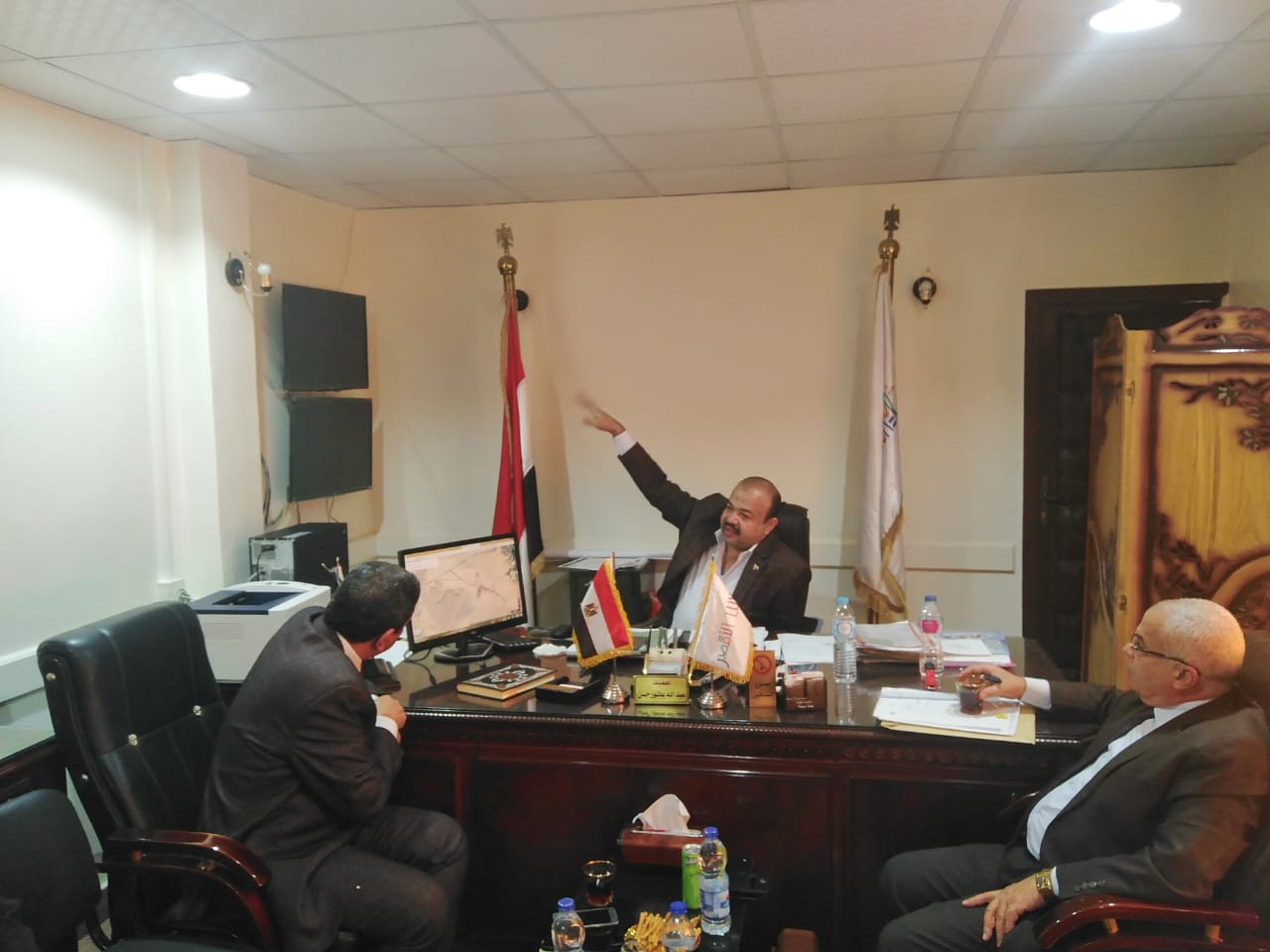 رئيس مدينة أرمنت يلتقي بوفد بنك التعمير والإسكان لإعداد تقارير لمشروع العمارات  (3)