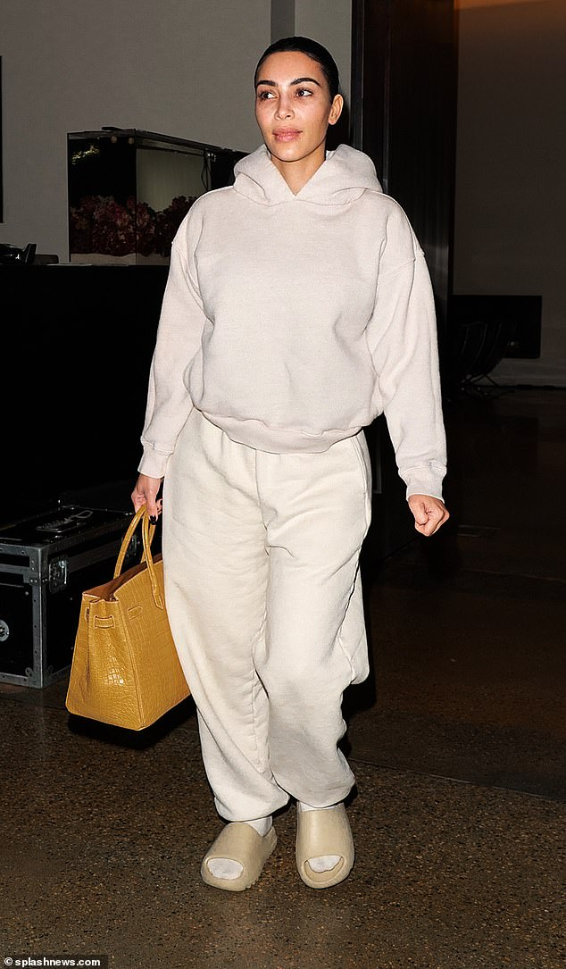 كيم كاردشيان تحمل حقيبة بـ 70 ألف دولار